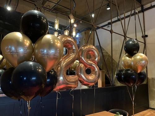 Tafeldecoratie 6ballonnen Bedrukt Folieballon Cijfer 28 Cafe in the City Rotterdam