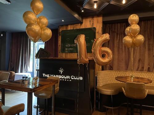 Tafeldecoratie 6ballonnen en Folieballon Cijfer 16 Verjaardag The Harbour Club Rotterdam
