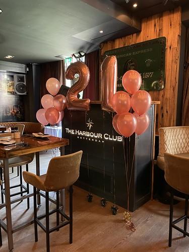 Tafeldecoratie 6ballonnen en Folieballon Cijfer 21 Verjaardag The Harbour Club Rotterdam