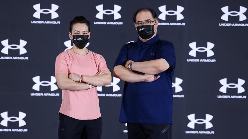舉重女神 郭婞淳與林敬能教練一同現身Team UA捐贈記者會。