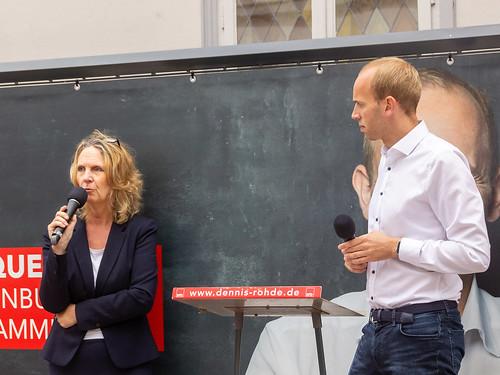 Innenstadtbühne in der Oldenburger Fußgängerzone mit der Ratskandidatin Bettina Unruh.