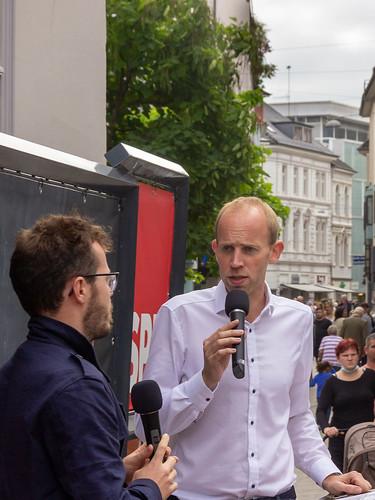 Innenstadtbühne in der Oldenburger Fußgängerzone mit dem Ratskandidaten Tom Schröder..
