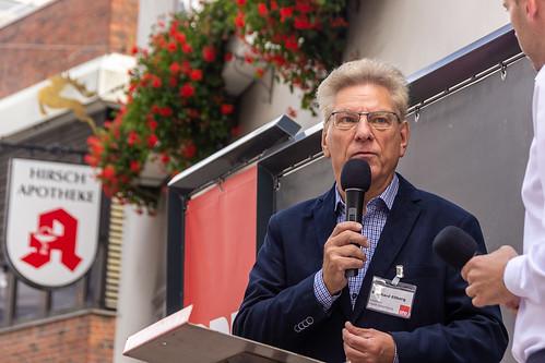 Innenstadtbühne in der Oldenburger Fußgängerzone mit dem Ratskandidaten Bernd Ellberg.