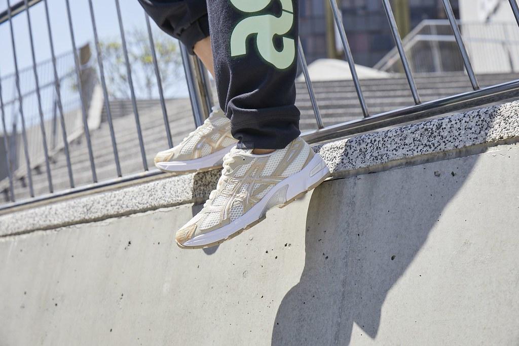 ASICS同步釋出女性專屬奶茶配色,以日本經典橫須賀外套為靈感,帶有溫柔配色的緞面裝飾,展現ASICS SPORTSTYLE運動休閒系列鞋款低調...