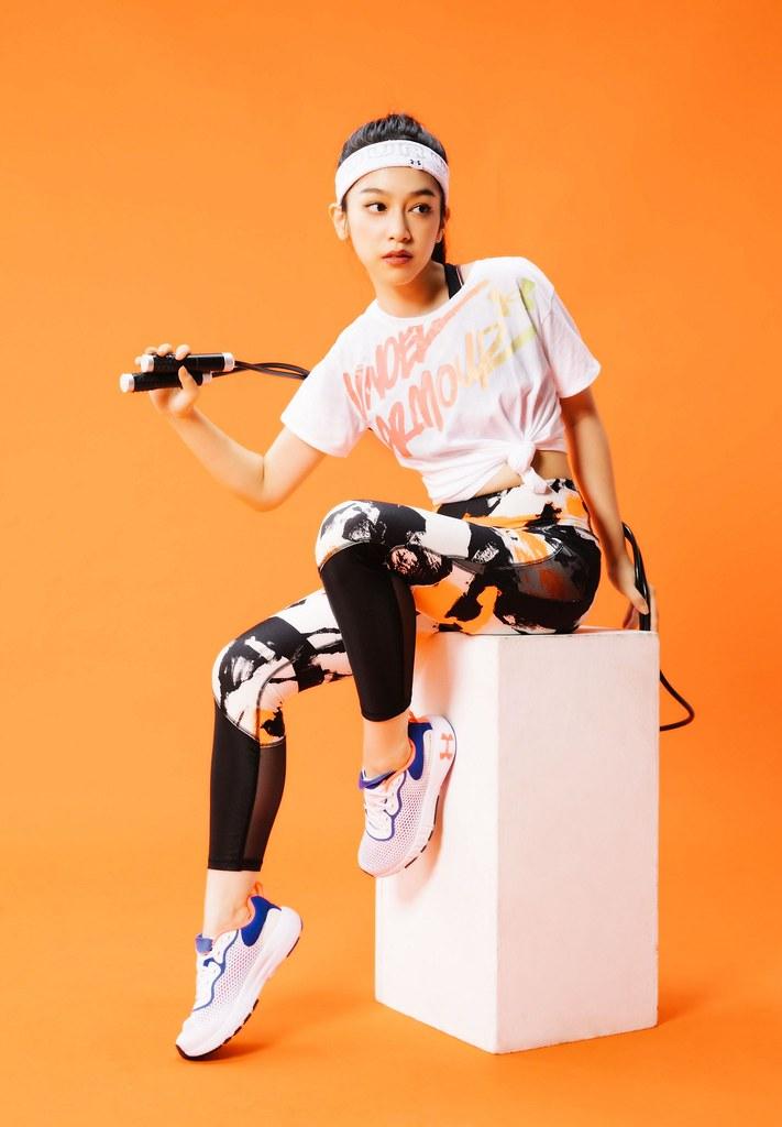 UNDER ARMOUR 復刻青春洋溢的美好年代!「UA 80s」系列運動服飾 恣意揮灑女力運動自信姿態。