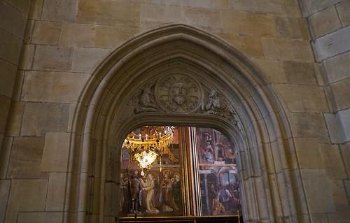 Qu'est-ce que je vois au-delà de la fenêtre ?...La Chapelle dédiée à San Venceslas, dans la Cathédrale Saint Vitus, à Prague, République Czechia.