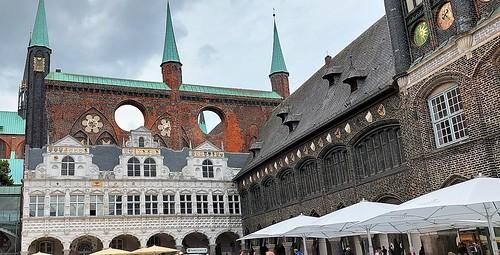 Rathaus von Lübeck mit Renaissancelaube und Schildwand.