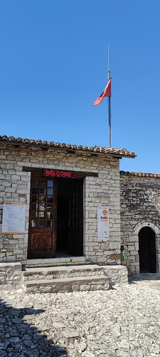 Przed muzeum Onufrego w Beracie