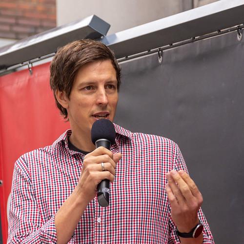 Gespräch mit dem Ratskandidaten Florian Fortmann auf der Innenstadtbühne.