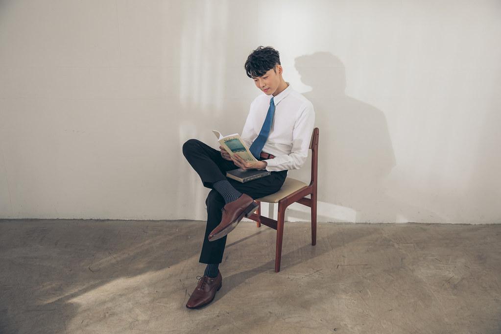 圖5_職場不可或缺的紳裝單品_Quarter Brogue 1_4雕花牛津鞋與方格紋理紳士襪