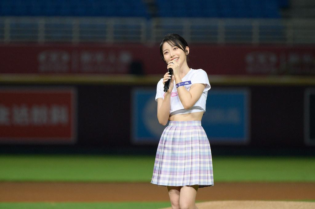圖5-So-net X樂天桃猿主題日 女神蔡瑞雪賽前演唱「欸!你是我的菜」