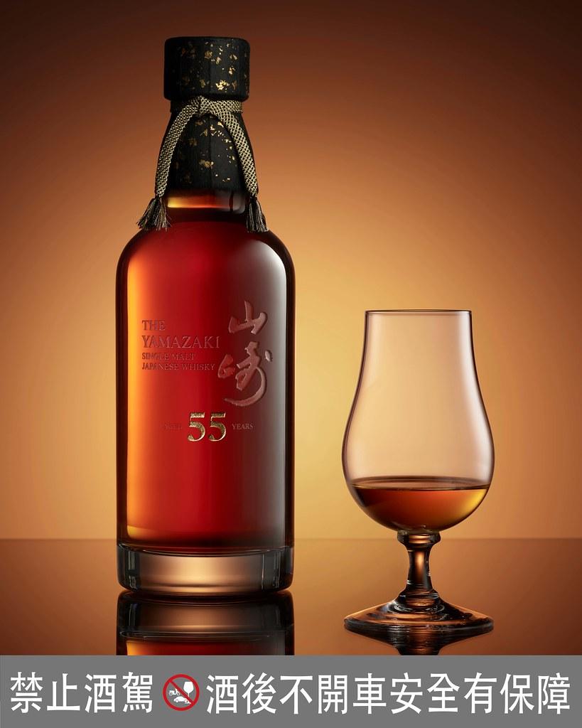 圖說一:山崎55年單一麥芽日本威士忌運用獨特的調和工藝,散發檀香木和熟成水果的馥郁香氣,餘韻甘甜而豐富的悠長層次。