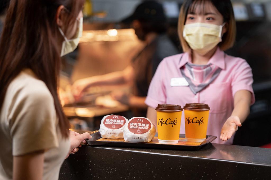 【圖說四】出示麥當勞「早安優惠券」,不論是經典的豬肉滿福堡,或是醇厚濃郁的特選那堤,都能天天享買一送一!