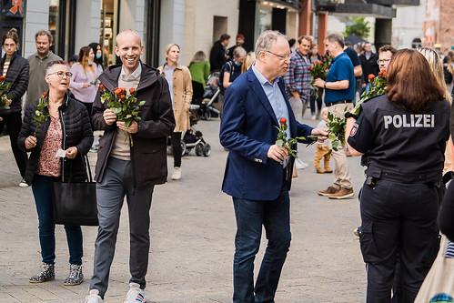 Mit unserem Ministerpräsidenten Stephan Weil habe ich Rosen in der Oldenburger Innenstadt verteilt.