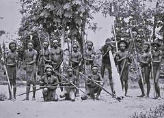 TM-60033718 Groepsportret Papoea mannen Bonggo-gebergte Mamberamo 1920-1935