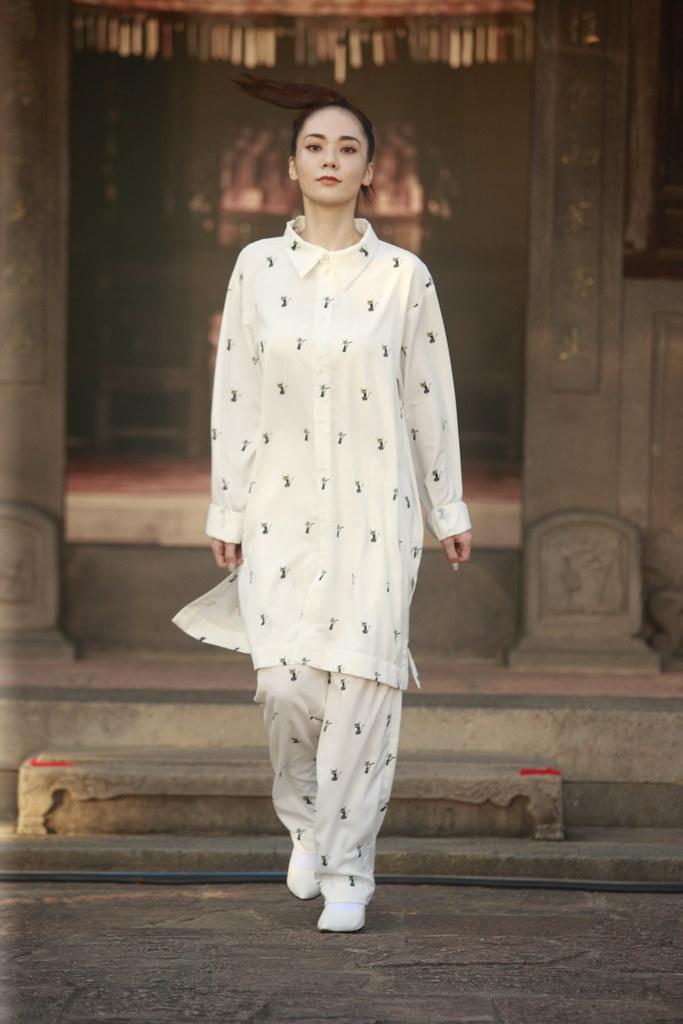 新聞照片-人氣17LIVER縈縈Claire身穿INF聯名魔法阿媽系列,走上伸展台。(台北時裝週_提供)
