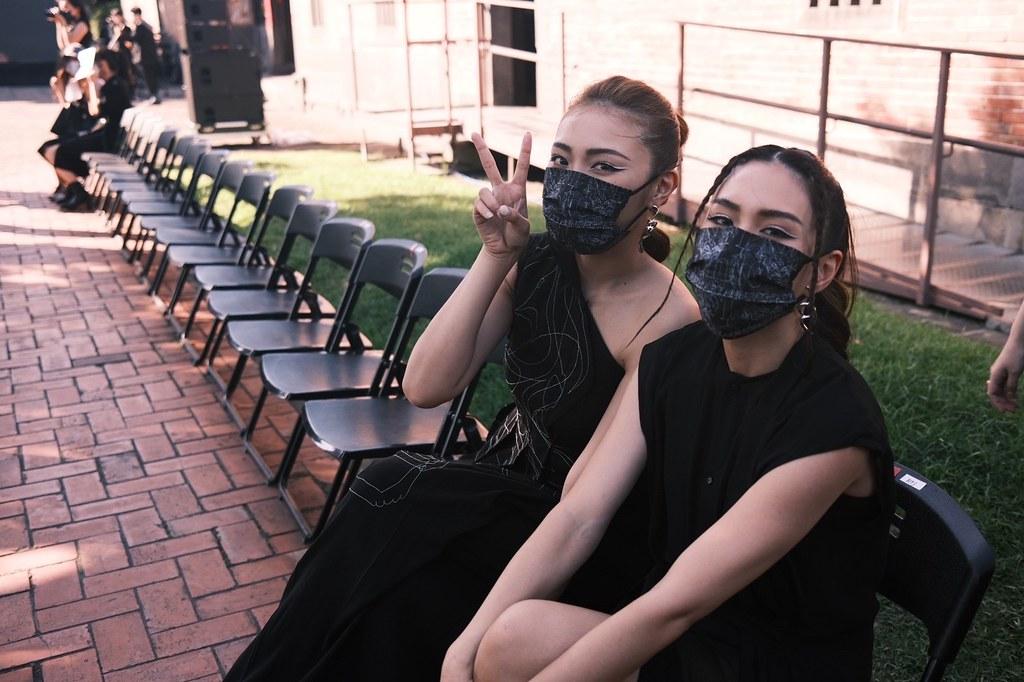 新聞照片-17LIVER劉恬君甜甜(左)和莉子二度到訪台北時裝週INF大秀,上次緊張走T台這次興奮觀秀。(17LIVE_提供)