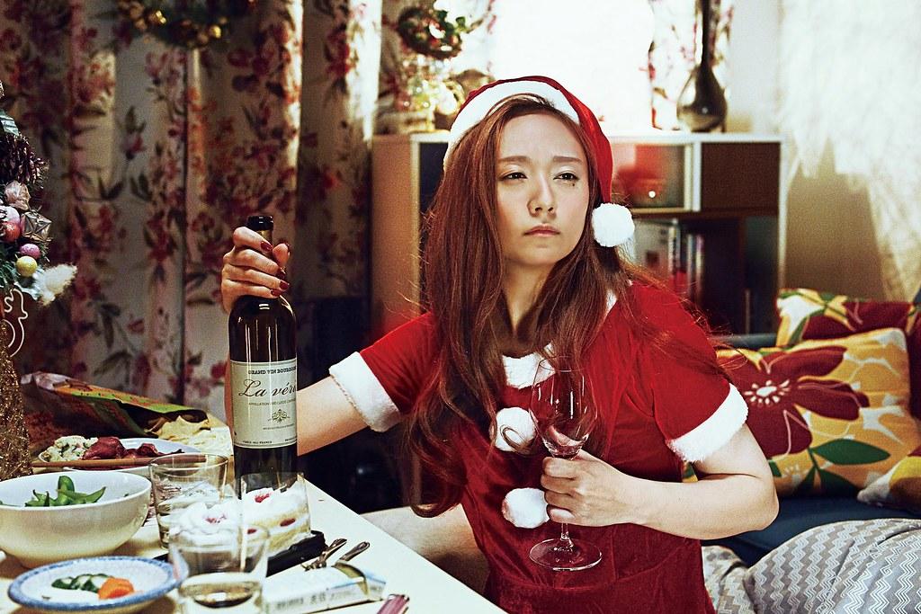 001【殺手寓言殺手不殺人】劇照_木村文乃在片中化身嗜酒如命、千杯不醉的女打仔