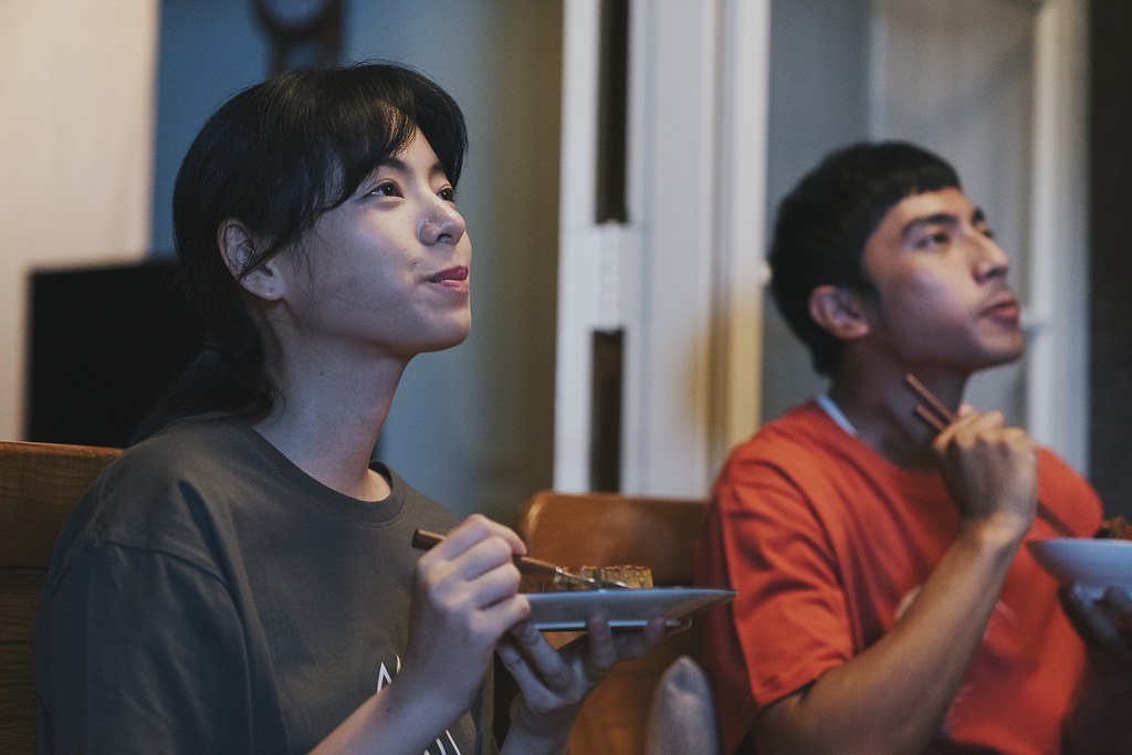 vivo X70 Pro支援極夜模式錄影,即使在夜晚燈光微弱的狀態下,依舊能拍演員們真情流露的神情。