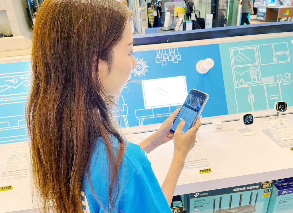 使用者可以輕鬆連入Tapo App操控,透過內建的麥克風與喇叭請Google 助理控制家電;或者從畫面當中,以 360º 查看家中即時狀況,體驗自動化警示系統等等。