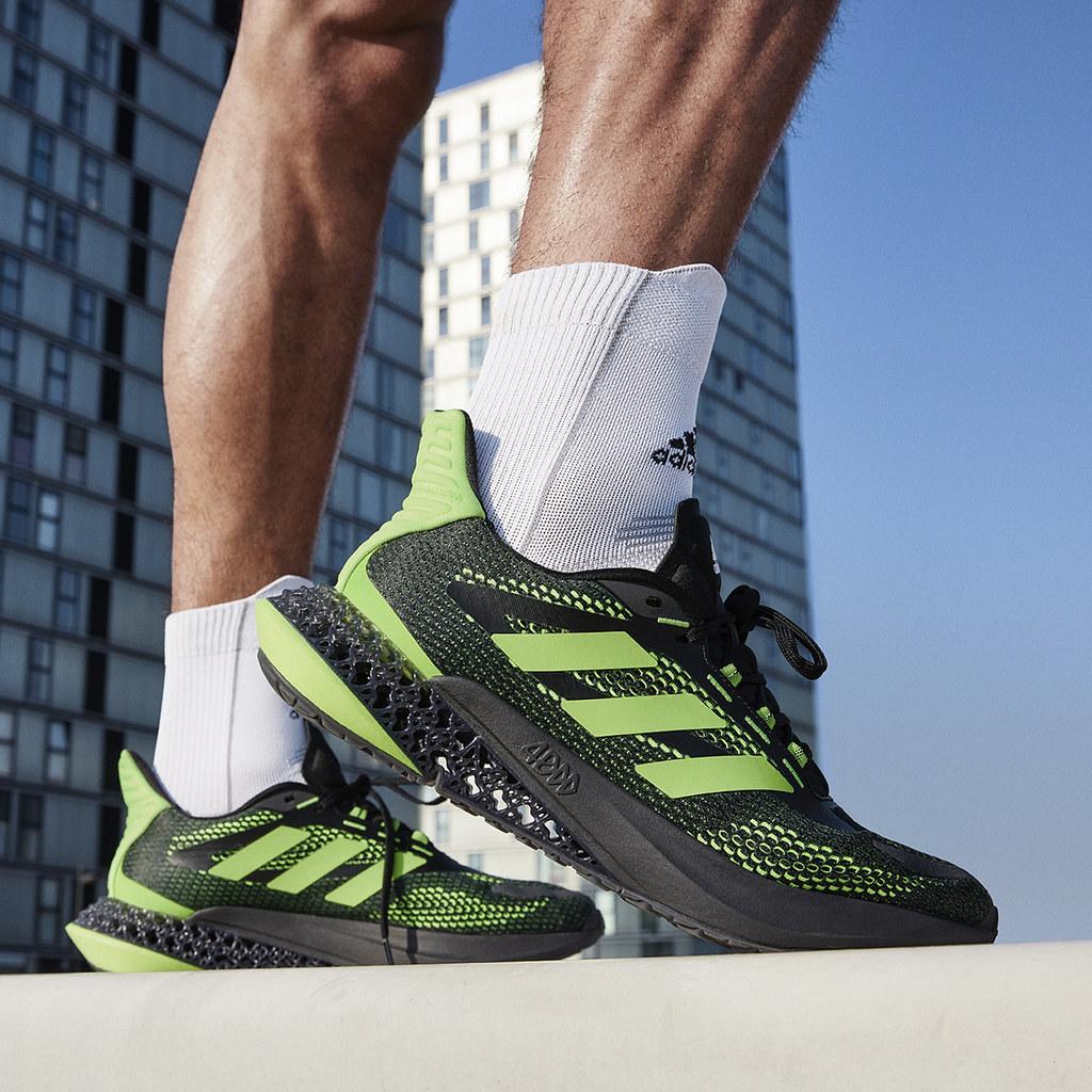 2. adidas 4DFWD Pulse高科技跑鞋男款採用帥氣黑魂搭配酷潮螢光綠,更搭載新一代4D及BOUNCE中底科技,全面升級跑鞋外型與性能