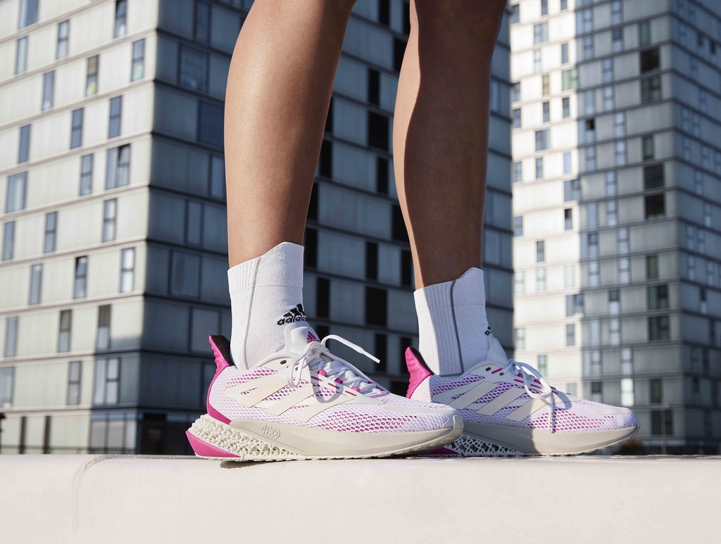 3. adidas 4DFWD Pulse跑鞋女款配色運用白色鞋面設計,搭配後跟處粉色亮點,展現青春活力的時尚感