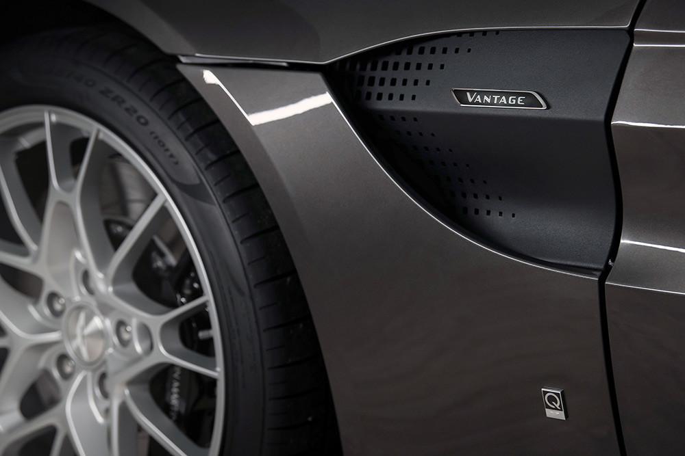 Aston Martin 211007-3