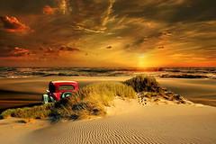 Godersela (Zz manipulation) Tags: art ambrosioni zzmanipulation sole tramonto auto epoca rosso giallo mare spiaggia gode3re